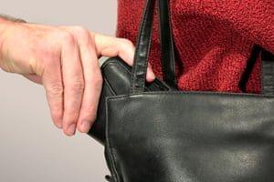O femeie a intervenit și a reușit să prindă un hoț care tocmai furase un portofel