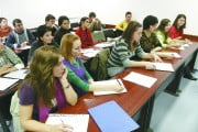 STUDIU: Peste 50% dintre tineri ar alege meserii pe care să le înveţe rapid. Părinţii îi împing către studii