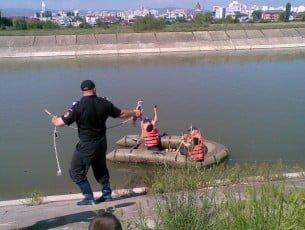 Eleva dispărută în urmă cu o lună, găsită înecată într-un canal al râului Bistrița
