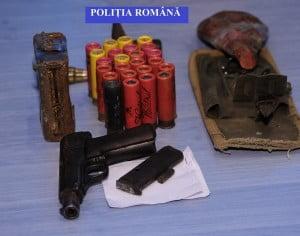 Arme ridicate de polițiști, pentru cercetări, în urma unei percheziții domiciliare