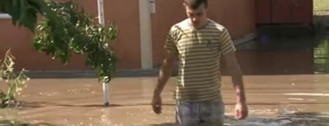 """Zeci de persoane evacuate din cauza inundatiilor in comuna Negri (jud. Bacau). 30 de gospodarii """"invadate"""" de ape"""