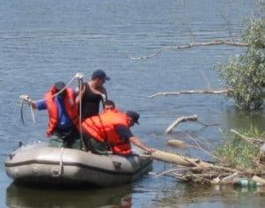 Un barbat cazut in raul Bistrita a fost salvat de pompieri
