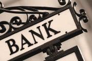 Comisioanele ştiute şi neştiute de la ghişeul băncilor. Vezi cum ești taxat pentru orice retragere de bani