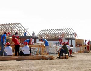 """DEDEMAN și """"Habitat for Humanity"""" construiesc, în Izvoare, 8 case în 5 zile pentru a combate locuirea sărăcăcioasă"""