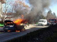 VIDEO: O masina a luat foc pe o strada din Comanesti
