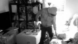 Un tanar din Bacau a intrat intr-un apartament , folosind chei speciale si a plecat cu o suma uriasa