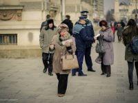 Politistii din Bacau au iesit la impartit flori si martisoare de 1 Martie