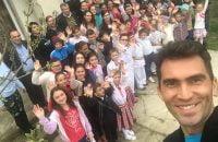 """Horia Tecău a vizitat o comuna din judetul Bacau : """"Nu am ştiut cât de mulţi copii din România trăiesc în sărăcie"""""""