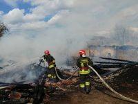 FOTO: Incendiu de proporții în comuna Brusturoasa. Cinci case au luat foc